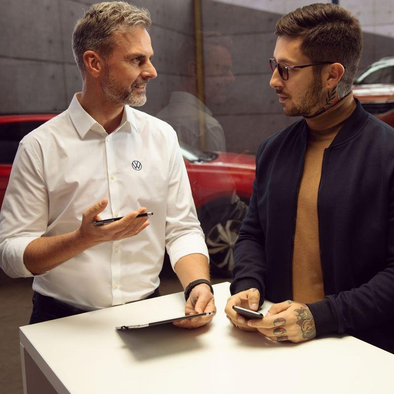 Mann und Volkswagenmitarbeiter im Beratungsgespräch – Finanzierungsratgeber