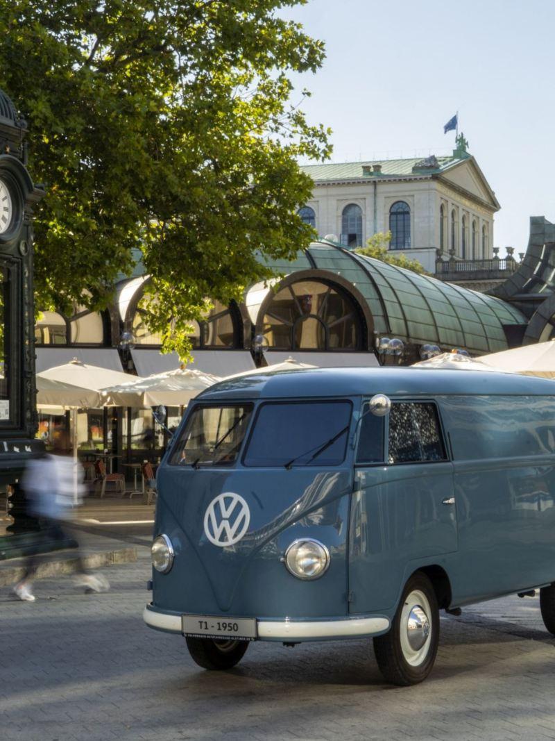 Volkswagen Bulli na ulicy w mieście