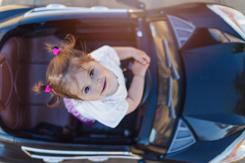 Un petit à bord d'un véhicule pour enfants