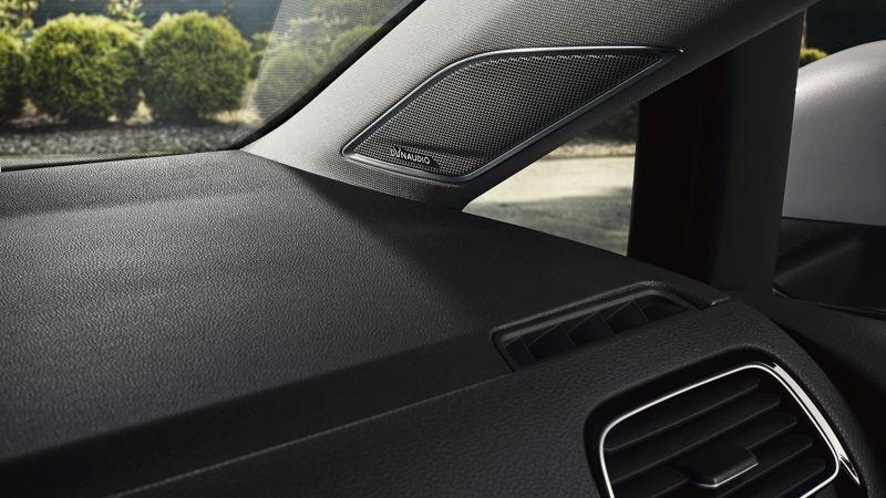 Altavoz Dynaudio de un Volkswagen Golf R visto desde el asiento del acompañante