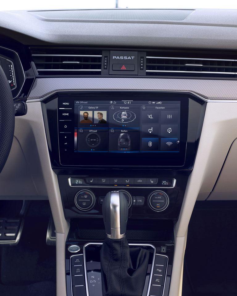 Vista de detalle de la pantalla y palanca de cambios del Passat Alltrack