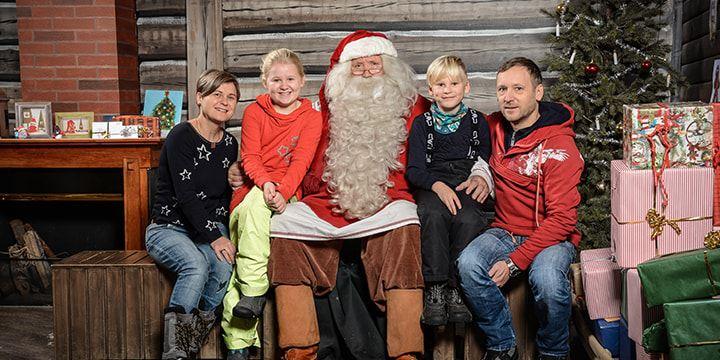 Gruppenbild einer Familie mit Weihnachtsmann.
