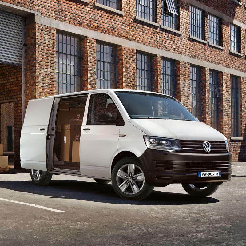 Volkswagen Véhicules Utilitaires Transporter Van Business Line vu de profil porte ouverte carton