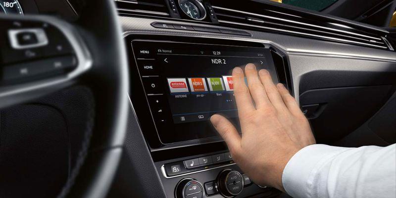 Hombre utilizando el control gestual de la pantalla del Volkswagen Arteon