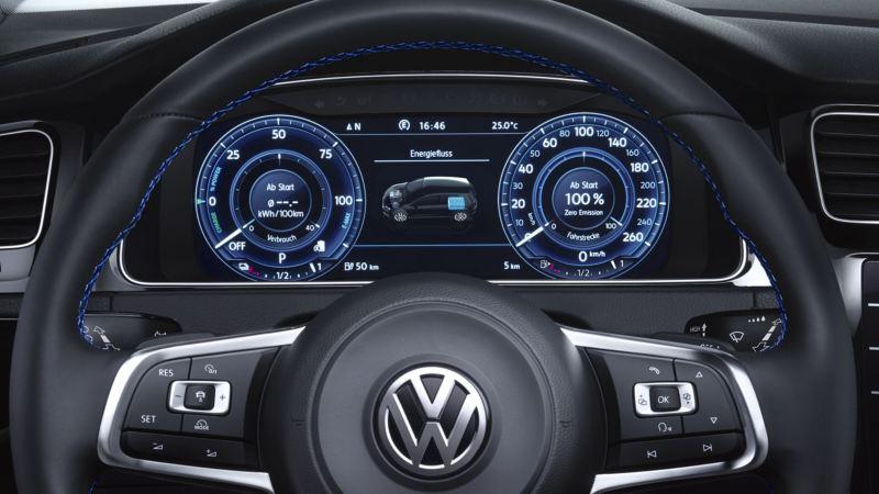 Vista frontal del volante y el Digital Cockpit de un Golf GTE