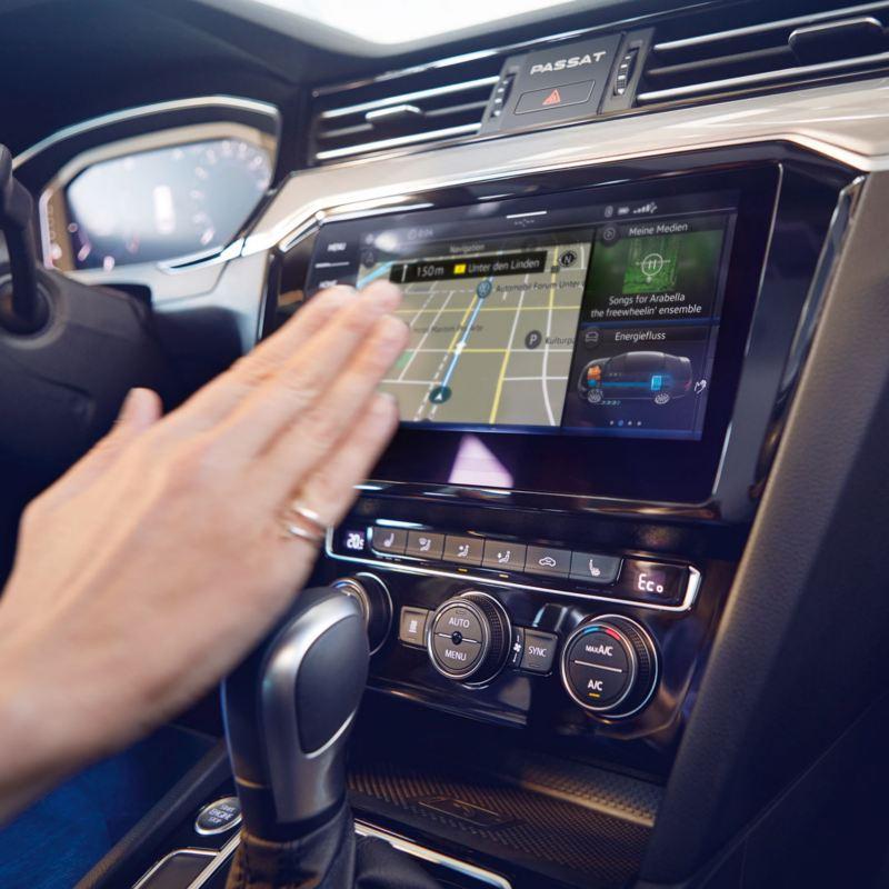 Mano usando el control gestual del sistema de navegación del Volkswagen Passat Variant