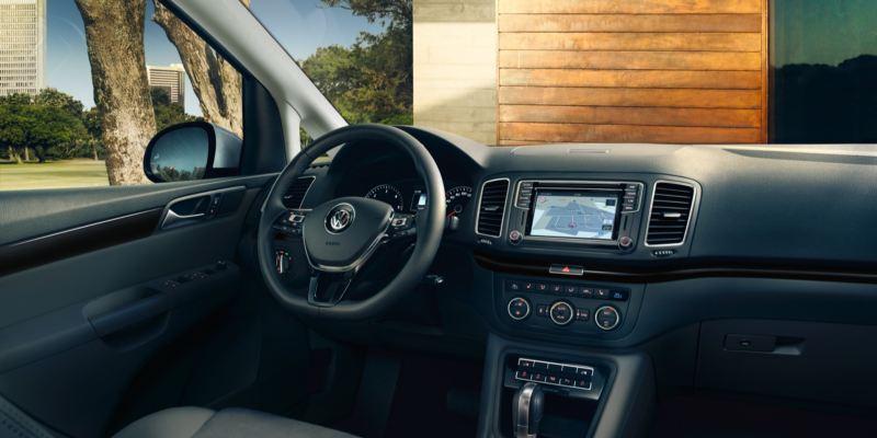 Vista del volante y los instrumentos de un Volkswagen Sharan