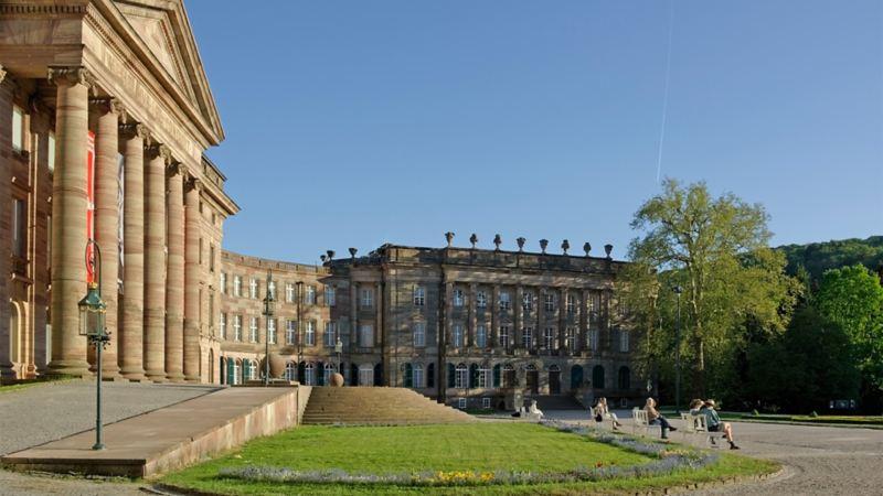 Historische Gebäude neben einem Park