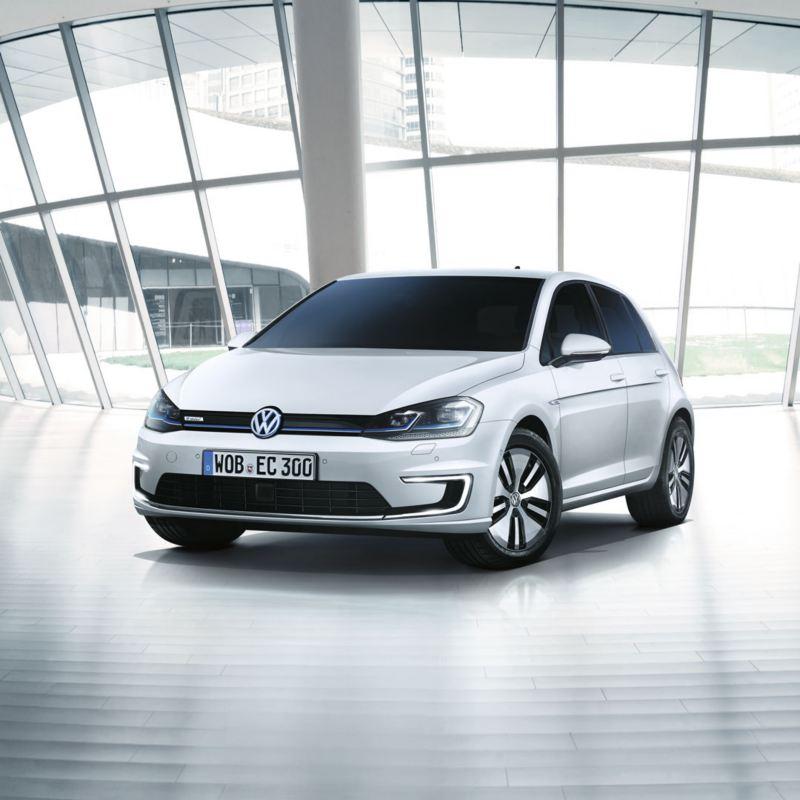 Volkswagen e-Golf blanco aparcado en una galería acristalada