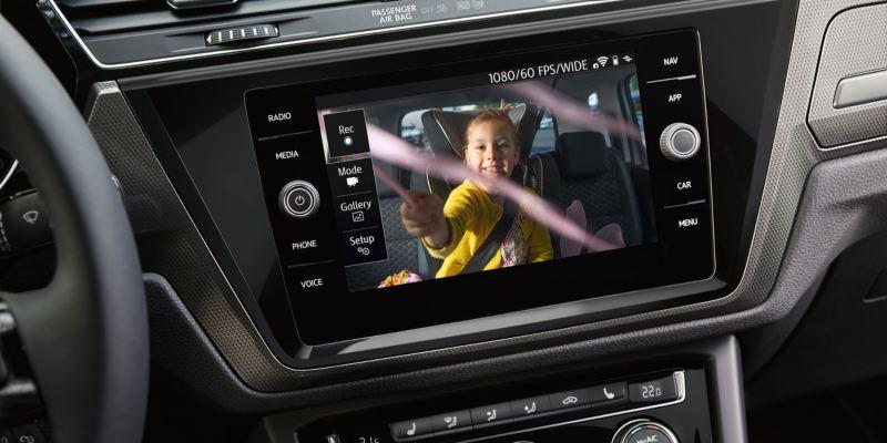 Vista lateral de la pantalla táctil del dispositivo Cam Connect de un Touran