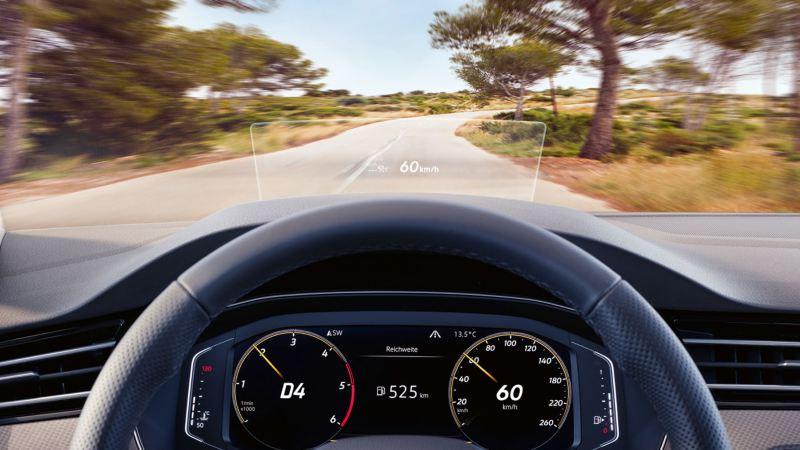 Pantalla de visualización frontal de un Passat Alltrack circulando por una carretera