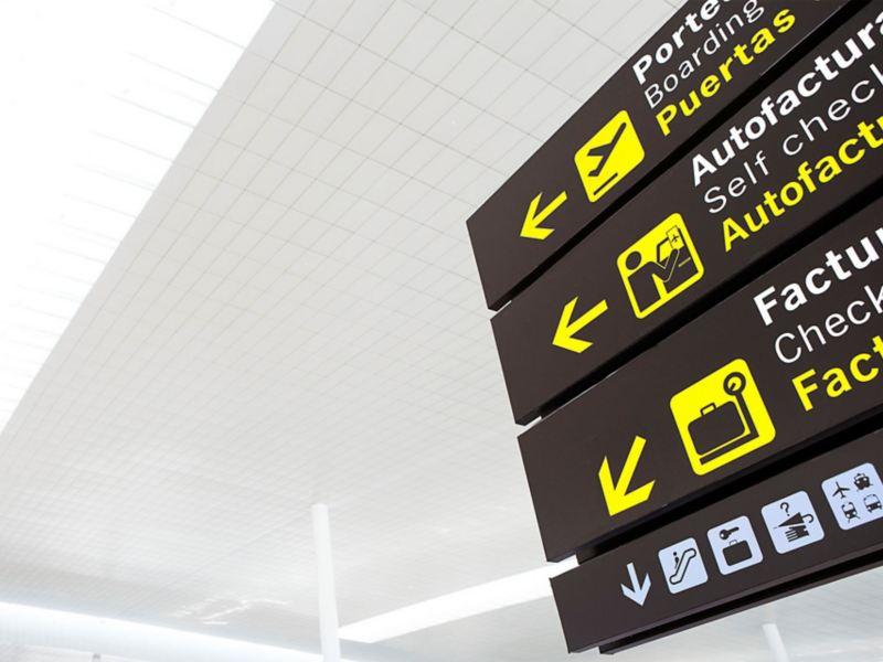 Wegweiser an einem Flughafen