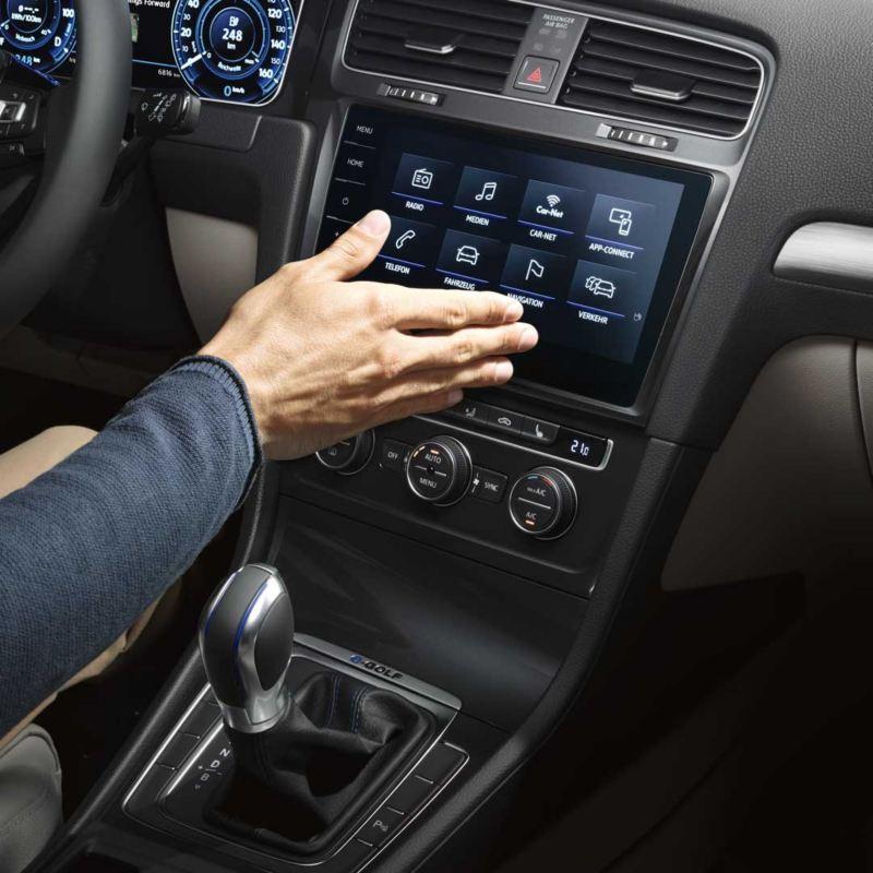 Mano utilizando el control gestual del dispositivo We Connect de un e-Golf
