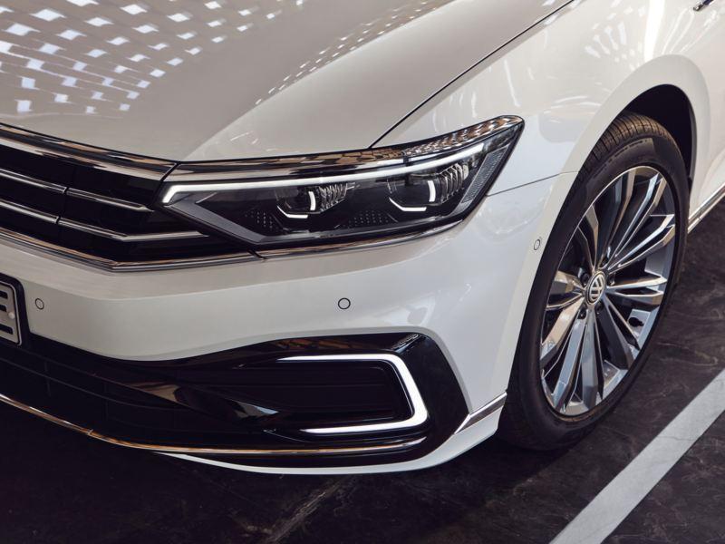Detalle de los faros de un Volkswagen Passat blanco con asistente dinámico de luz