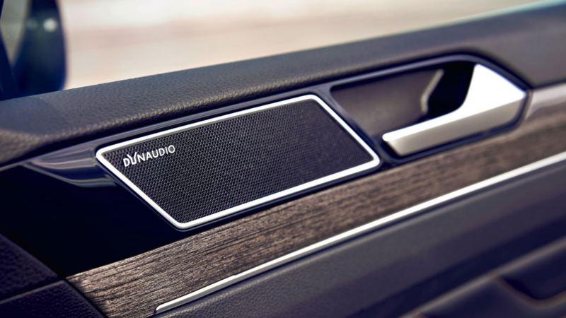 Detalle del altavoz en la puerta del sistema Dynaudio del Volkswagen Passat Variant