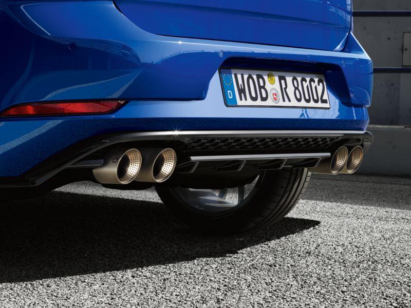 Tubos de escape de un Golf R azul aparcado en el asfalto