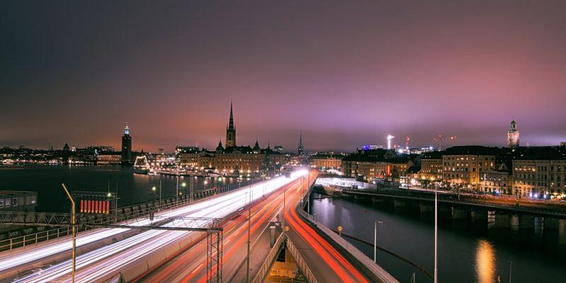 Das beleuchtete Stockholm bei Nacht.