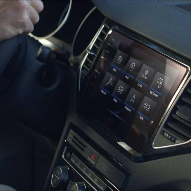 Vista lateral de la pantalla táctil del dispositivo We Connect de un Golf Sportvan