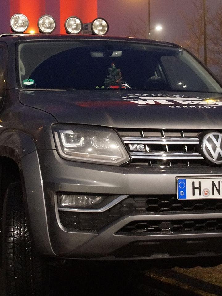 Der Amarok V6 von Volkswagen Nutzfahrzeuge bei Nacht.