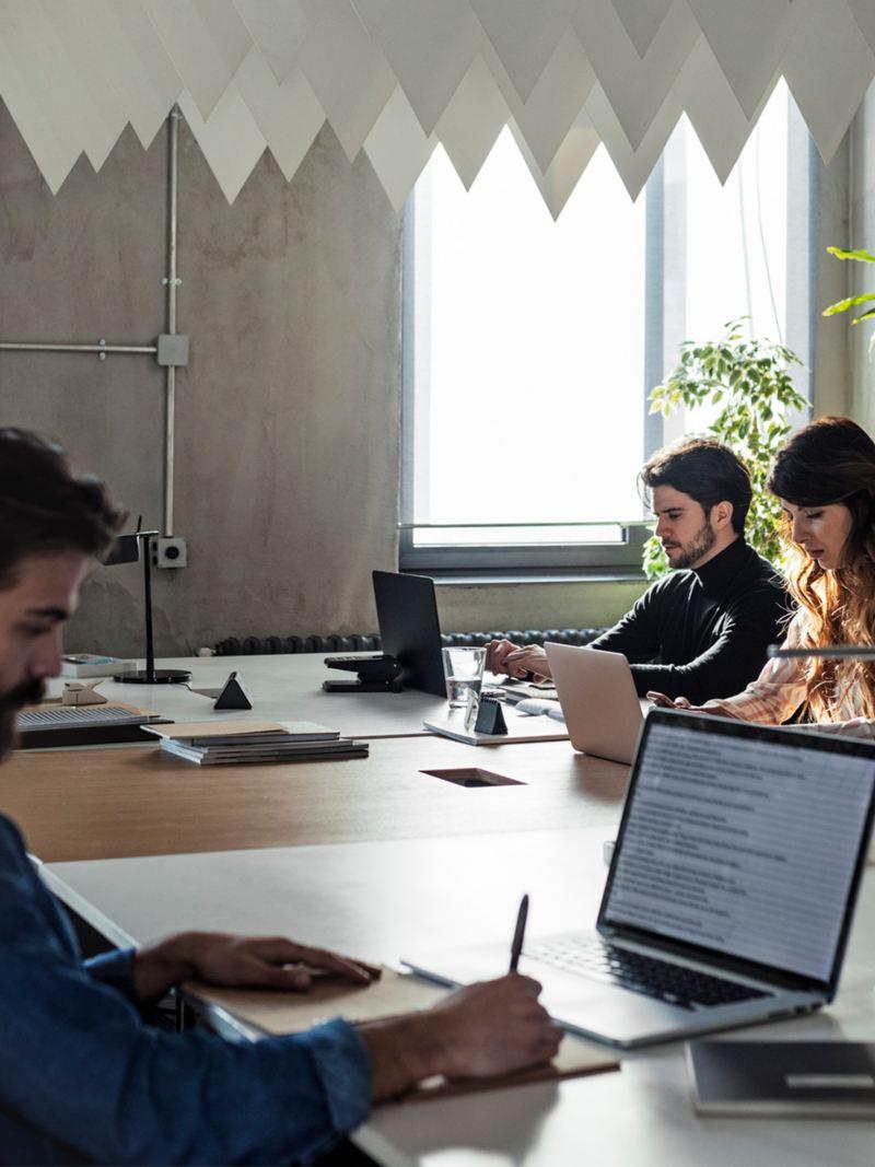 Vier Doktoranden arbeiten konzentriert an einem Tisch