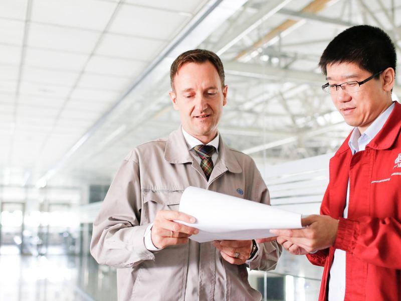 Zwei Männer schauen auf ein Dokument