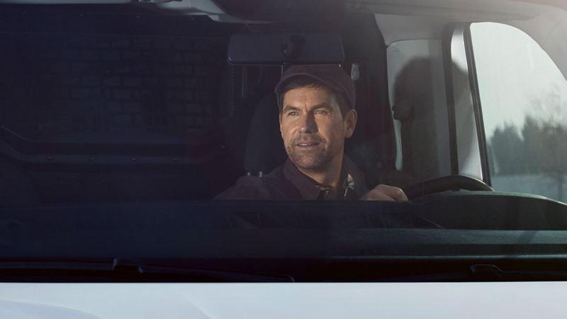 hombre conduciendo una transporter 6.1 con direccion electromecanica
