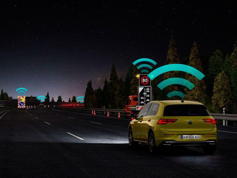 Gráfico de un Golf 8 amarillo en la autopista con el sistema Car2X