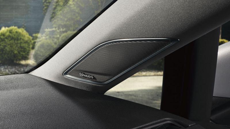 Altavoz Dynaudio de un Volkswagen Golf visto desde el asiento del acompañante