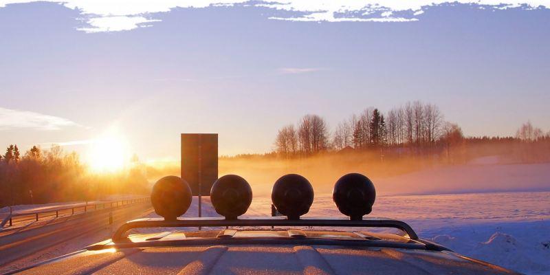 Ein Blick über das Dach des Amarok hinweg auf eine sonnige Winterlandschaft.