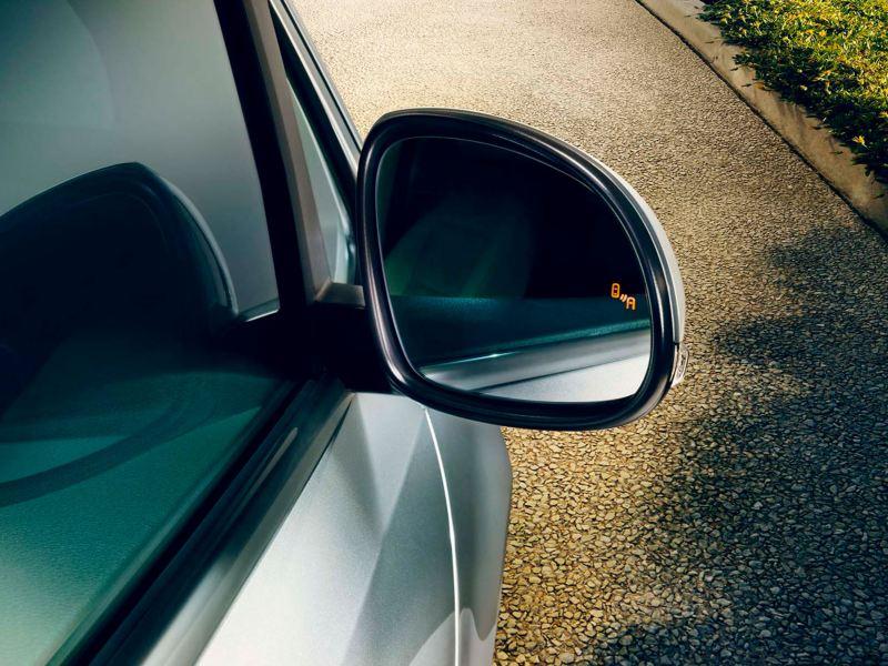 Primer plano de espejo retrovisor con el detector de ángulo muerto del Volkswagen Sharan