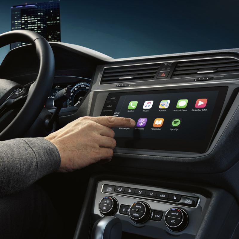 Detalle de una mano controlando la pantalla del Volkswagen Tiguan con la tecnología App-Connect