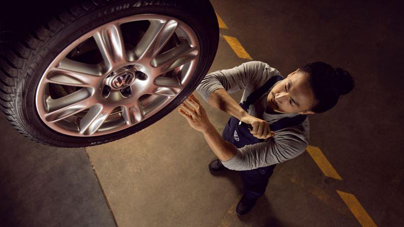Mechaniker montiert neue Räder und Reifen