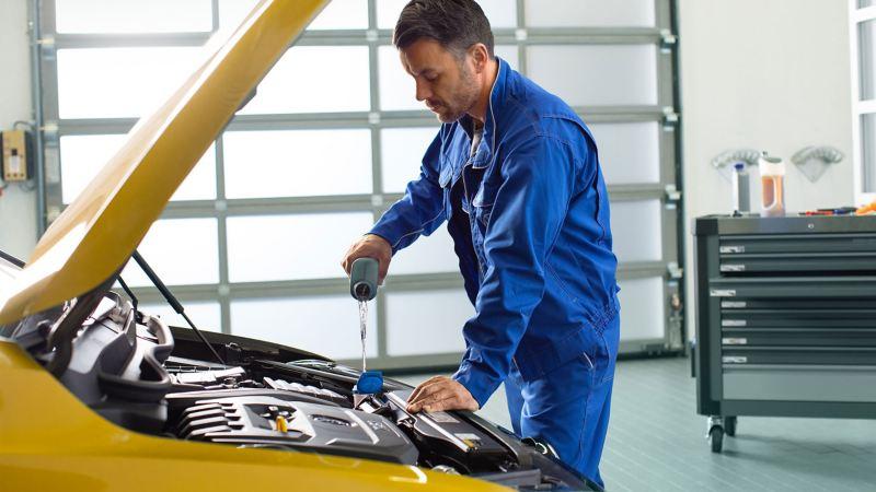 Un meccanico durante la manutenzione di una vettura