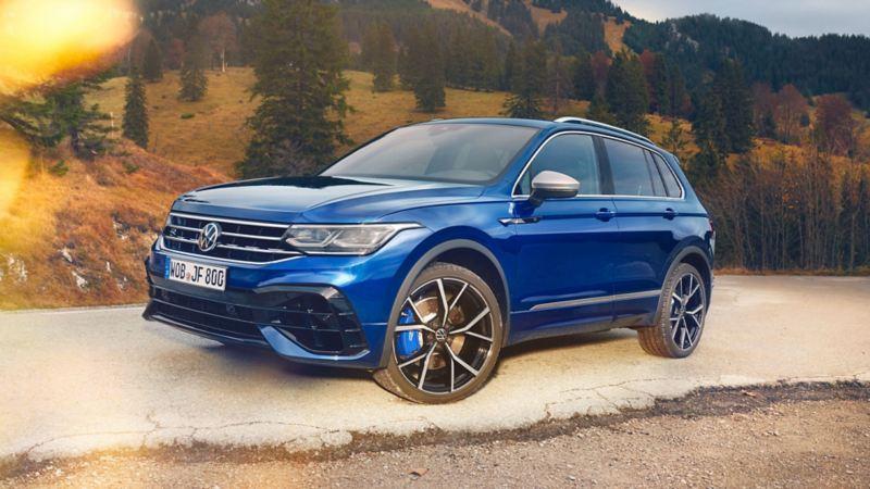 Ein blaues VW Auto mit Produkten von Volkswagen Zubehör fährt auf der Straße – Volkswagen Exterieur