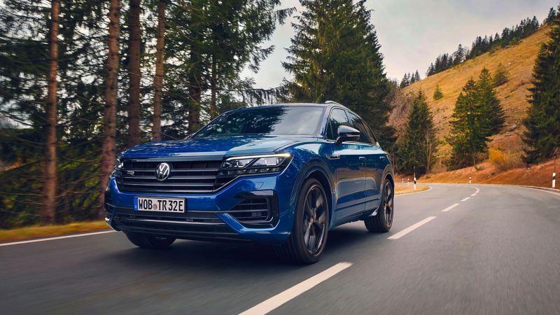 Ein blauer VW Touareg R mit sportlichem Look
