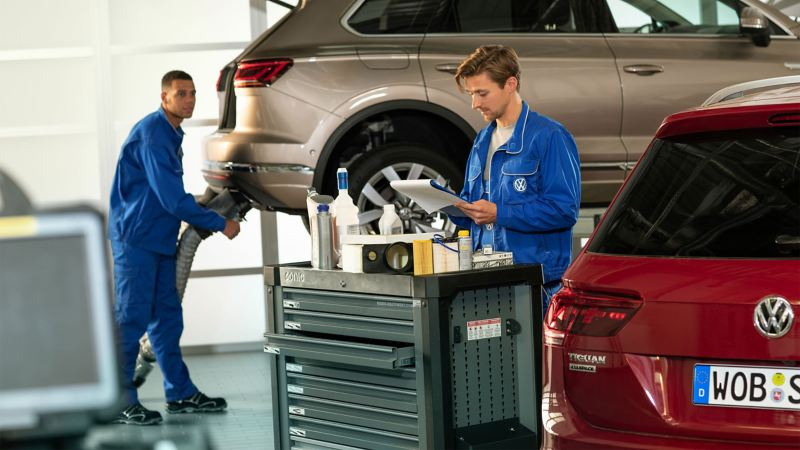 Due Volkswagen all'interno di un'officina