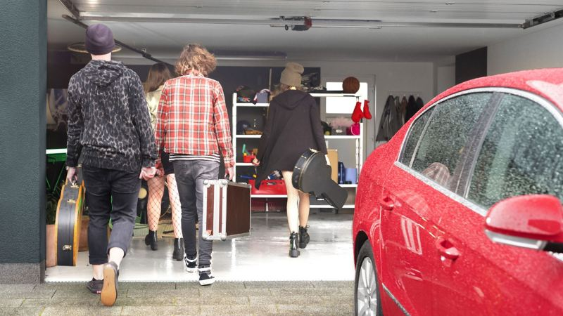 The daughter and her band go into the garage to rehearse, in the foreground is the well-tended and regularly maintained Passat B6.