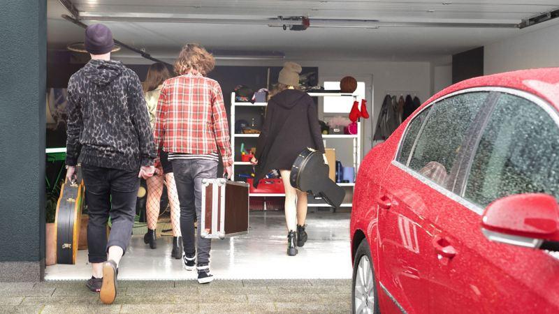 Die Tochter und ihre Band gehen in die Garage, um zu proben, im Vordergrund steht der gepflegte und regelmäßig gewartete Passat B6