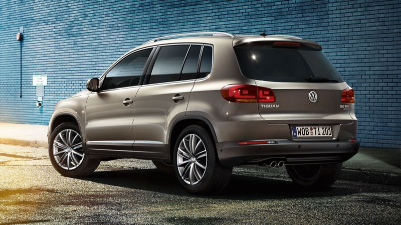 A grey Tiguan 1 parks in front of a blue wall – Volkswagen older models