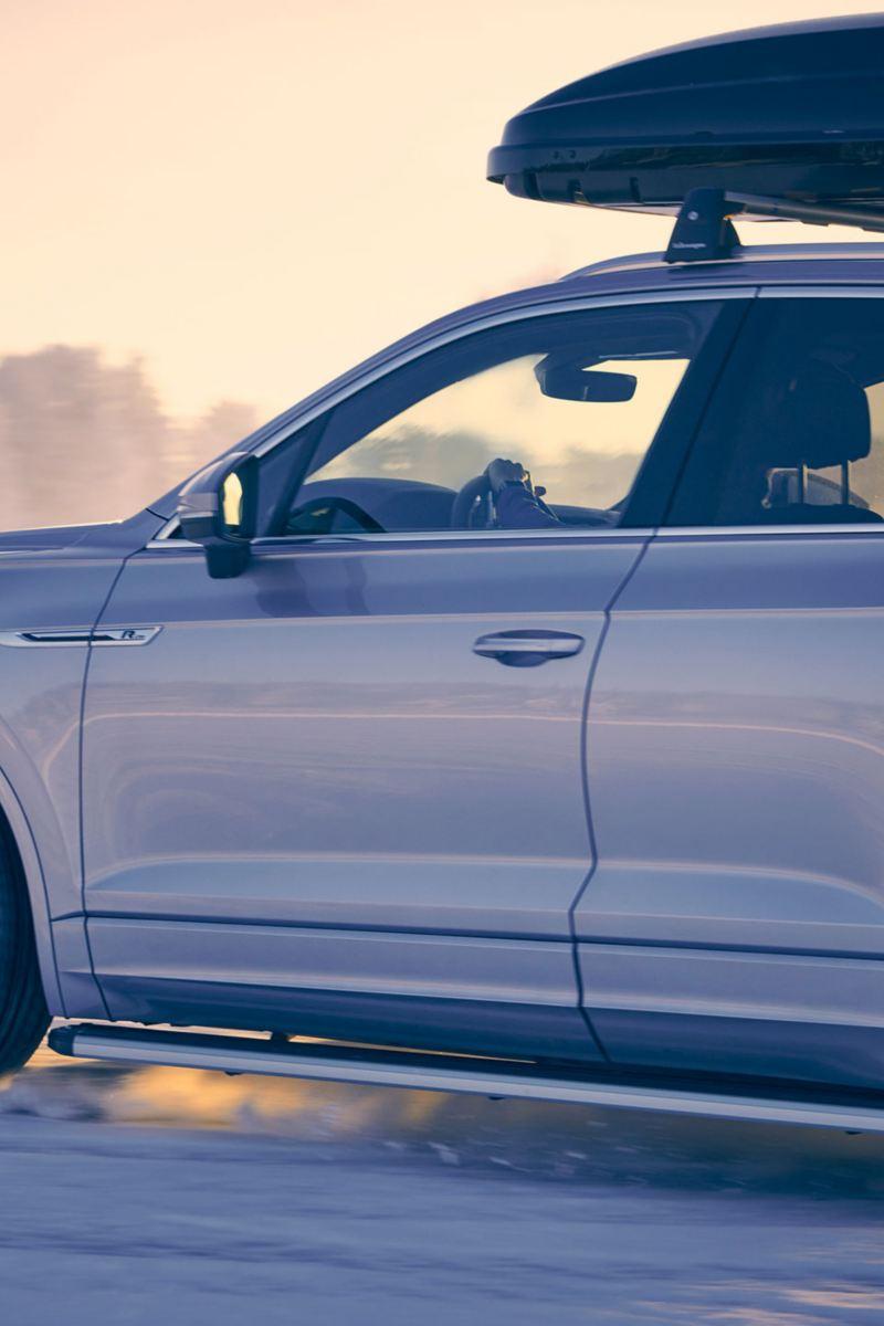 Volkswagen su fondo innevato con box da tetto