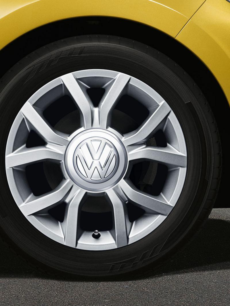 Dettaglio pneumatico invernale con cerchio