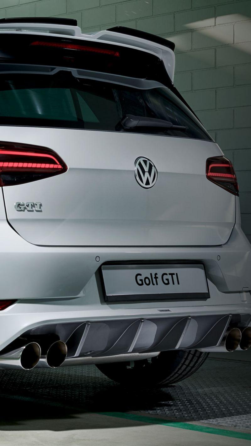 Ein weißer Golf GTI mit aerodynamischer Heckschürze – Volkswagen Sport und Design Produkte fürs Tunen