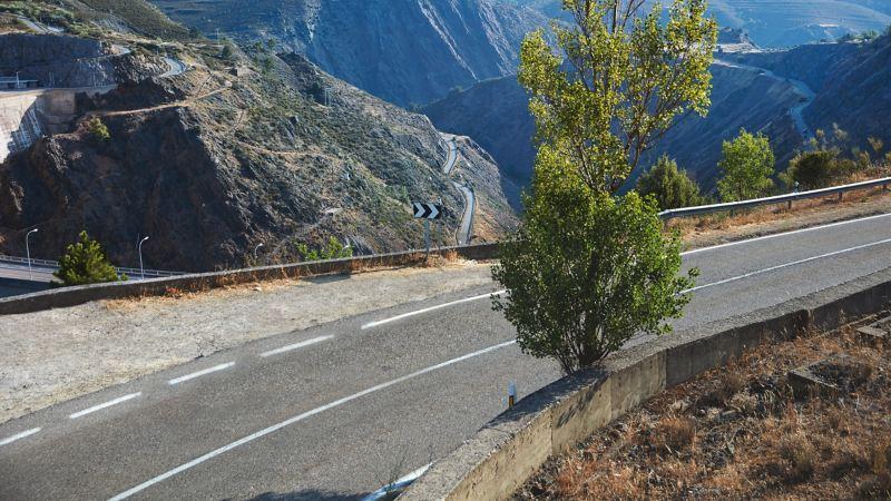 Einige verschrottete VW Fahrzeuge auf einem Schrottplatz, bereit für das Recycling