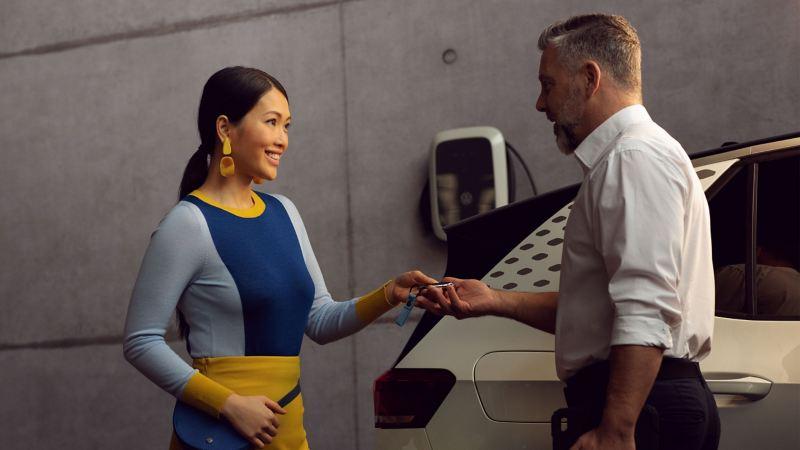 Pracownik serwisu VW wręcza klientce kluczyki do jej VW ID.3