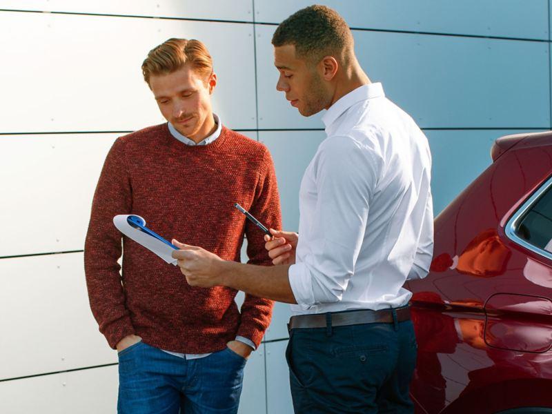 Uomo si reca presso centro Service Flotte per scegliere la sua auto aziendale Volkswagen Business