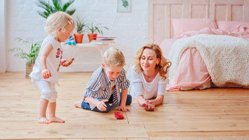 Donna in compagnia dei suoi bambini