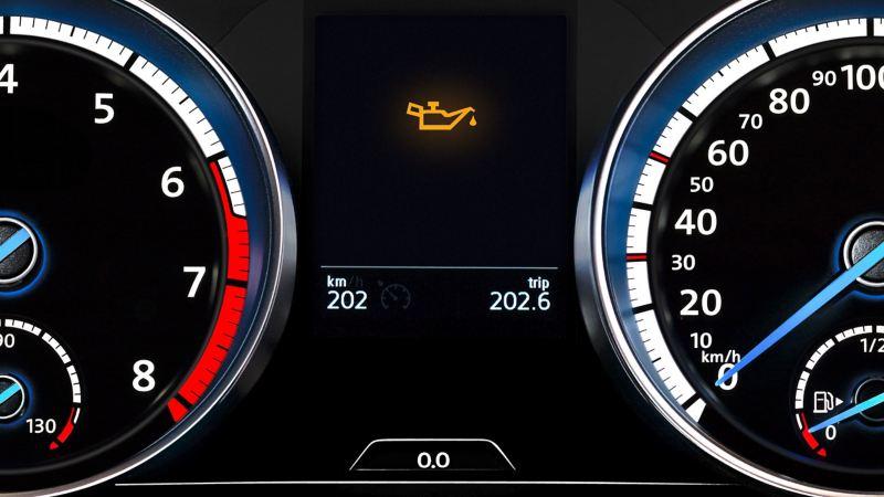 Spia gialla del livello dell'olio Volkswagen sul cruscotto che indica livello olio basso o mancante