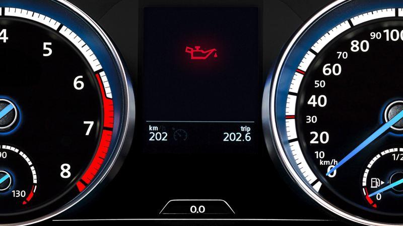 Spia rossa della pressione dell'olio basso sul cruscotto di una Volkswagen