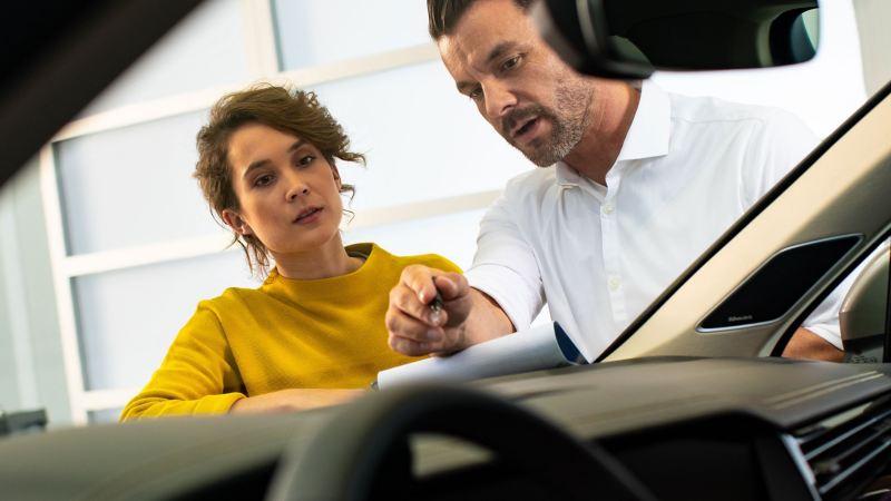 Une cliente Volkswagen et un Réparateur Agréé échangent sur l'état d'un pare-brise