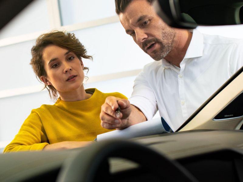 Mise en avant du pare-brise et des phares d'une Volkswagen